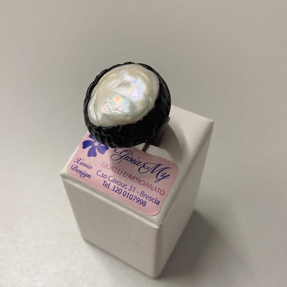 Anello con grande perla naturale barocca