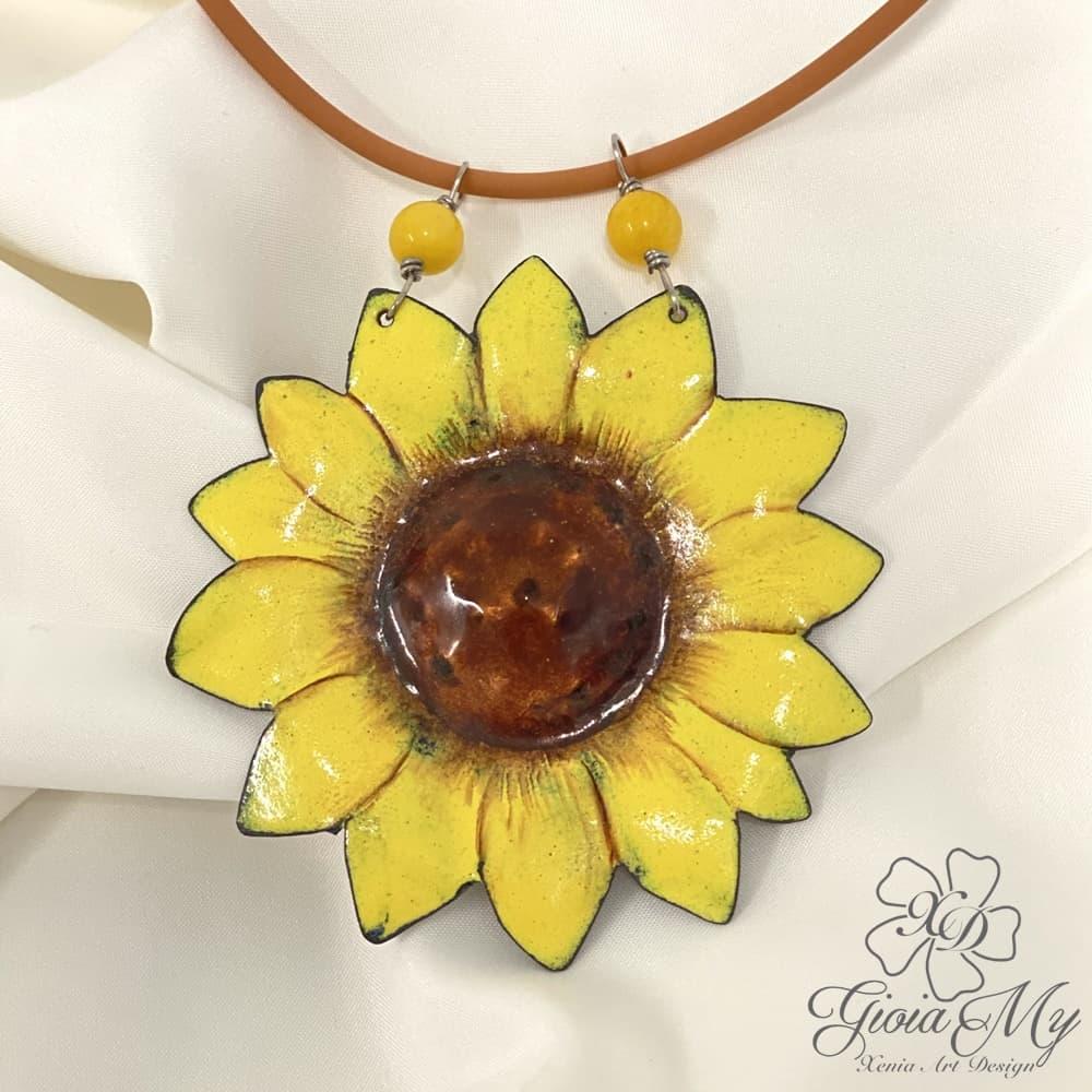 Girocollo con grande fiore di Girasole