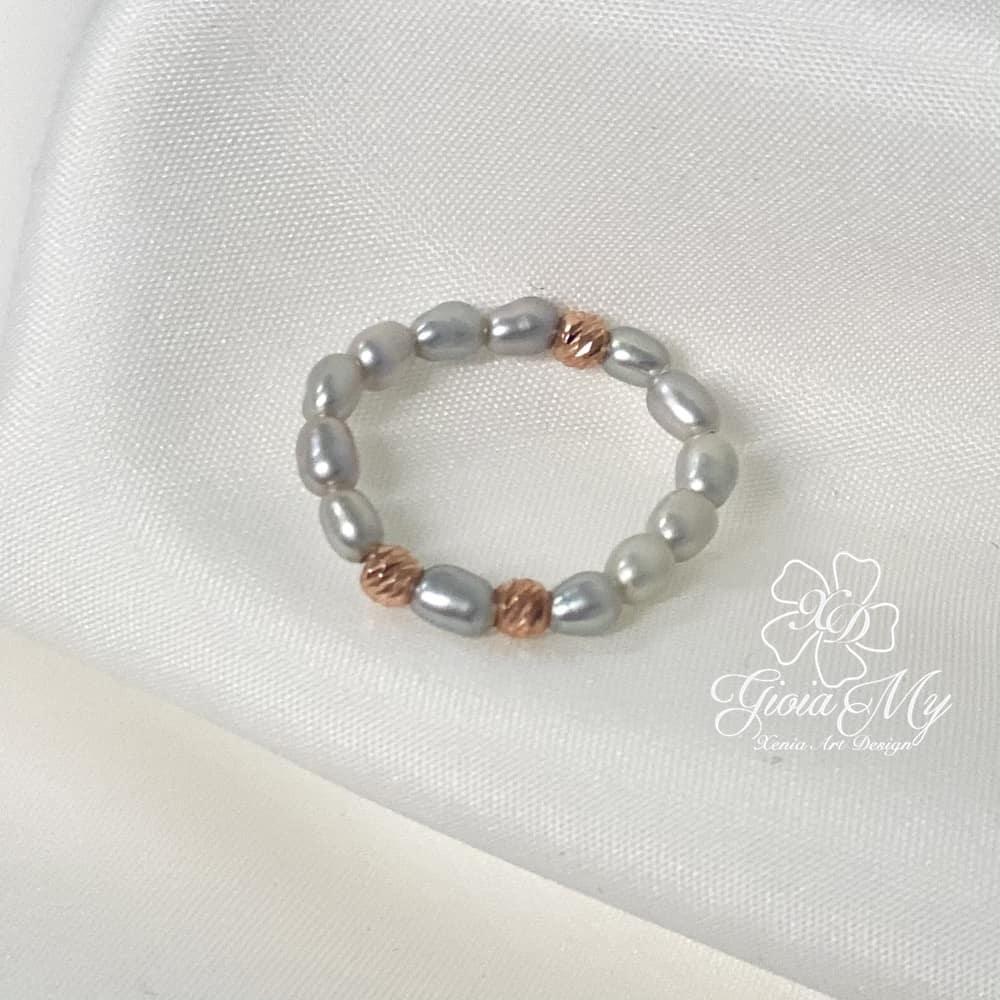 Anello con perle grigie naturali